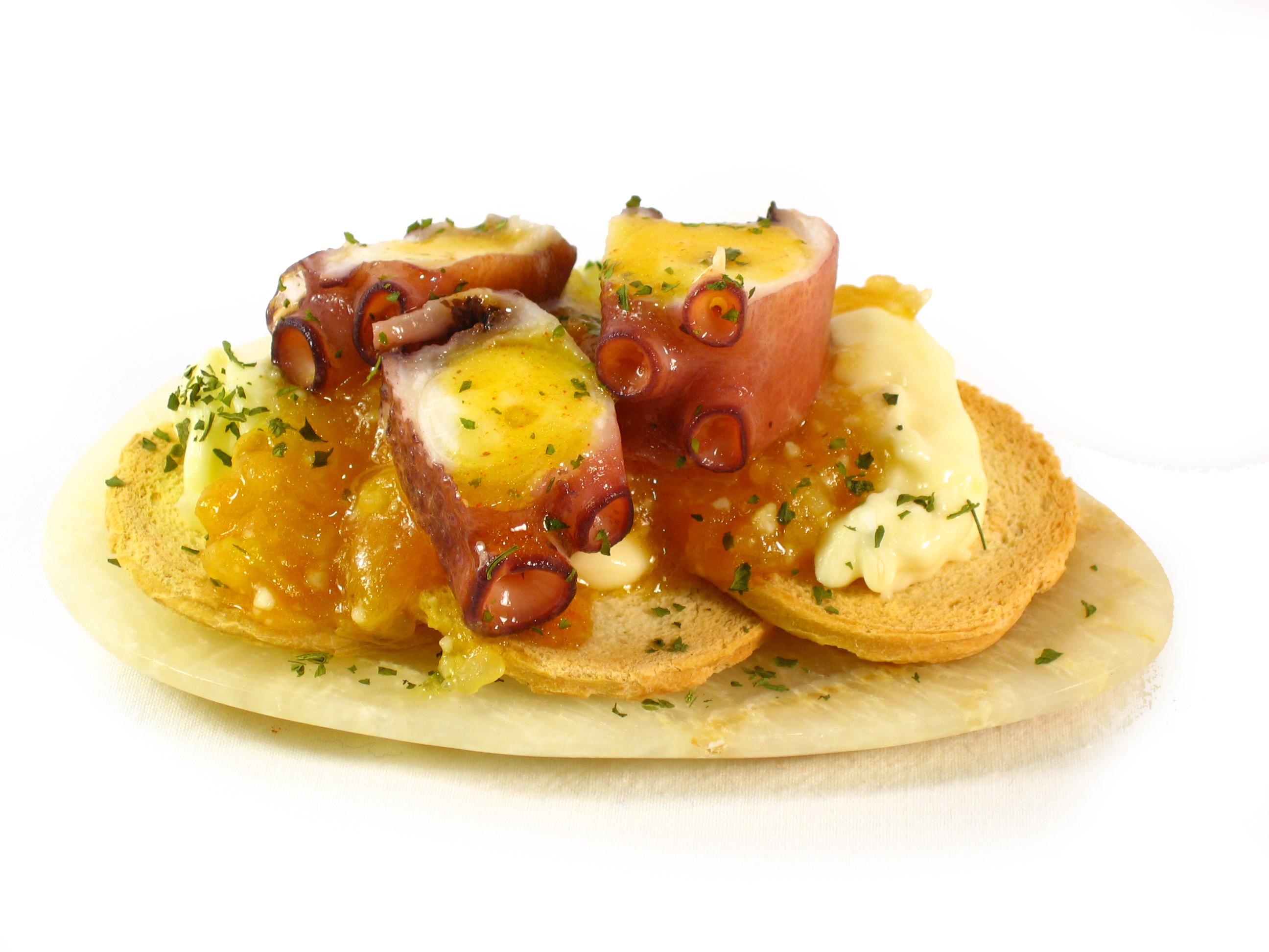 Tostas de pan con pulpo y queso de cabra Eroski SELEQTIA