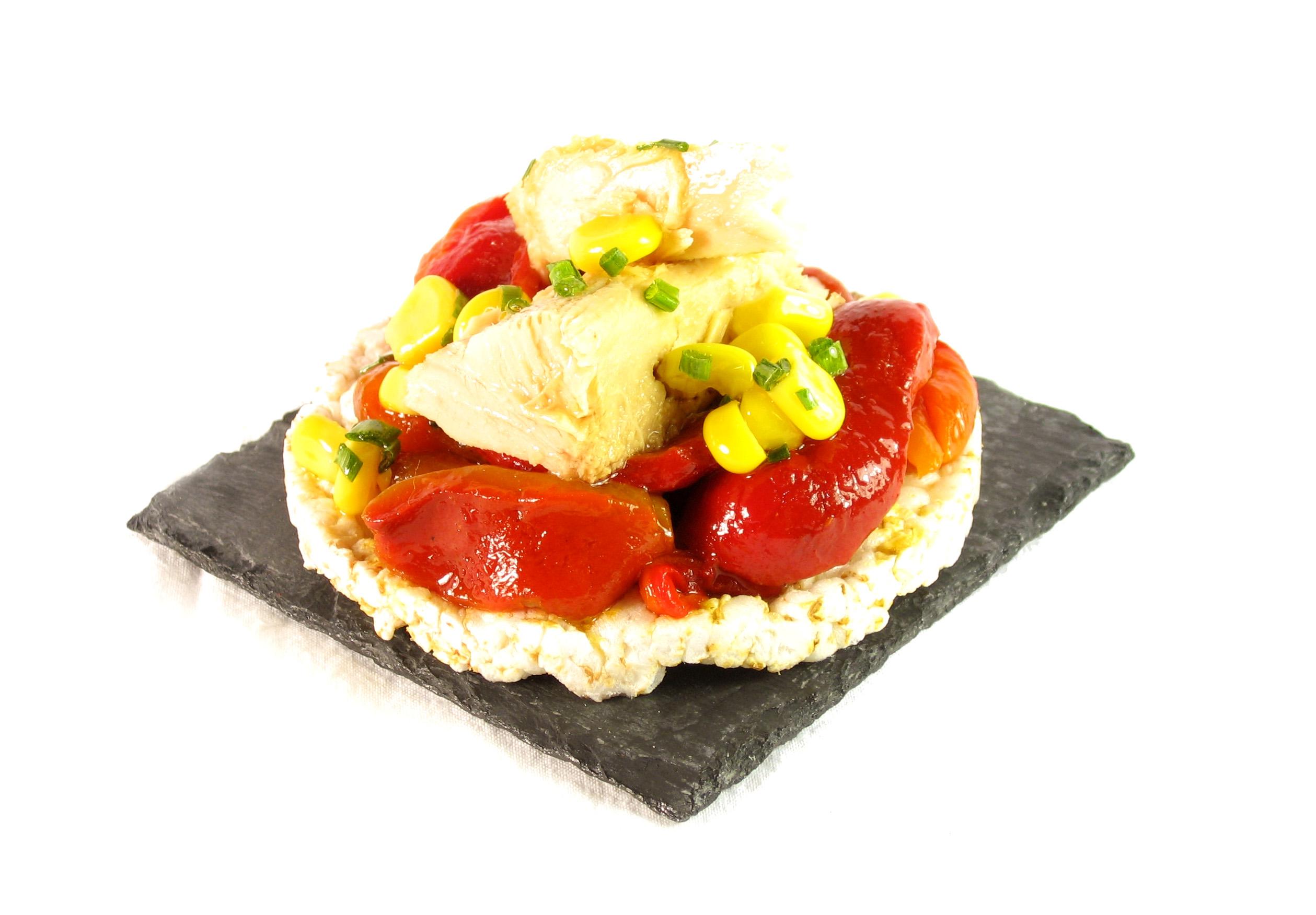 Tostas de arroz EROSKI Sannia con pimientos asados, atún y vinagreta de maíz