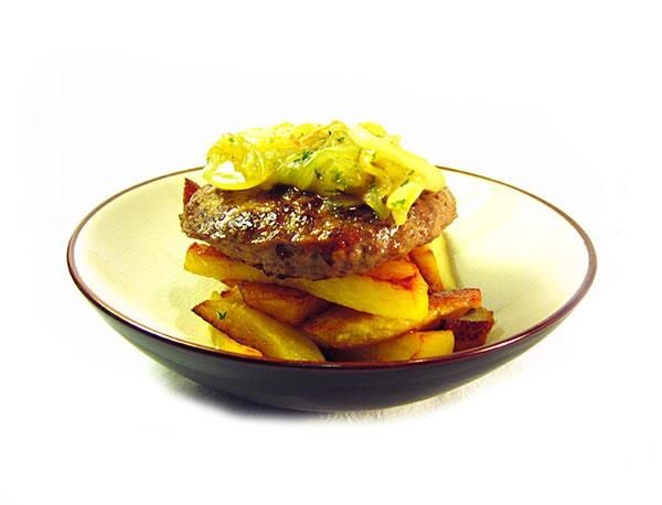 Hamburguesa de pavo EROSKI Sannia con cebolla caramelizada y patatas fritas