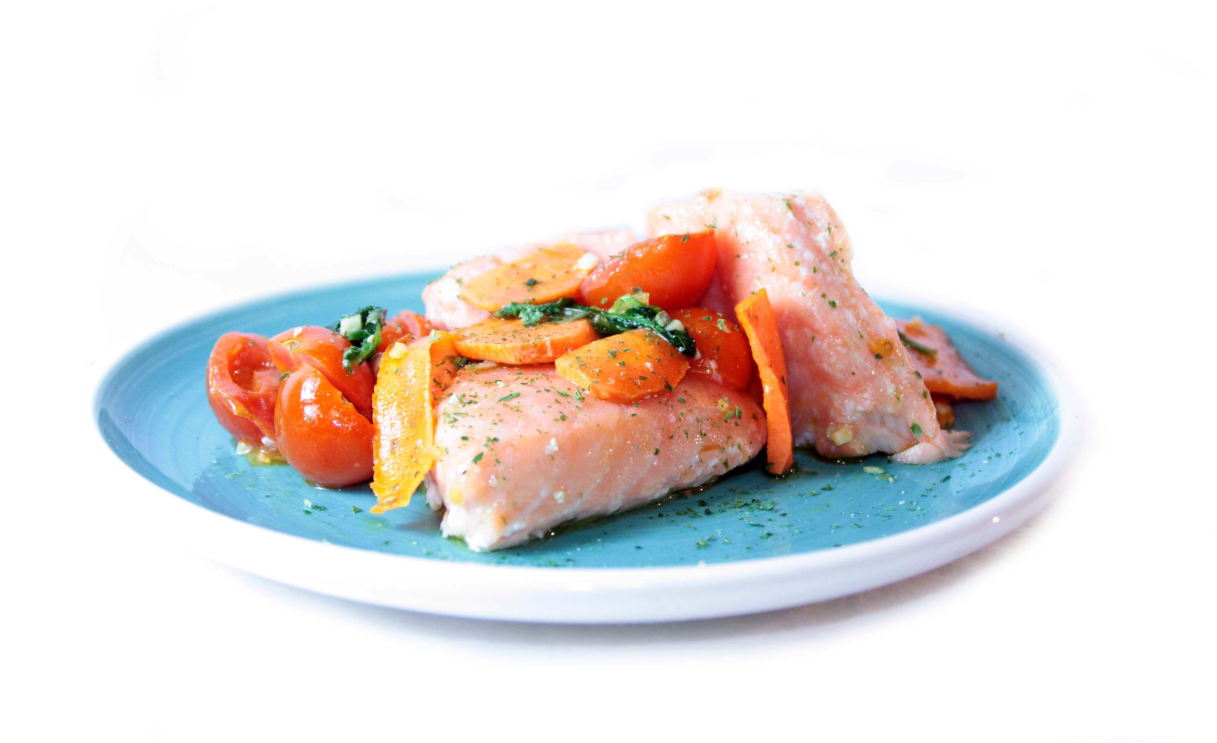 Salmón Eroski NATUR a la sartén con zanahoria, tomates cherry y albahaca