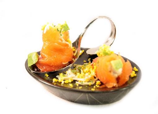 Rollitos de salmón ahumado Eroski SELEQTIA rellenos de ensaladilla de aguacate