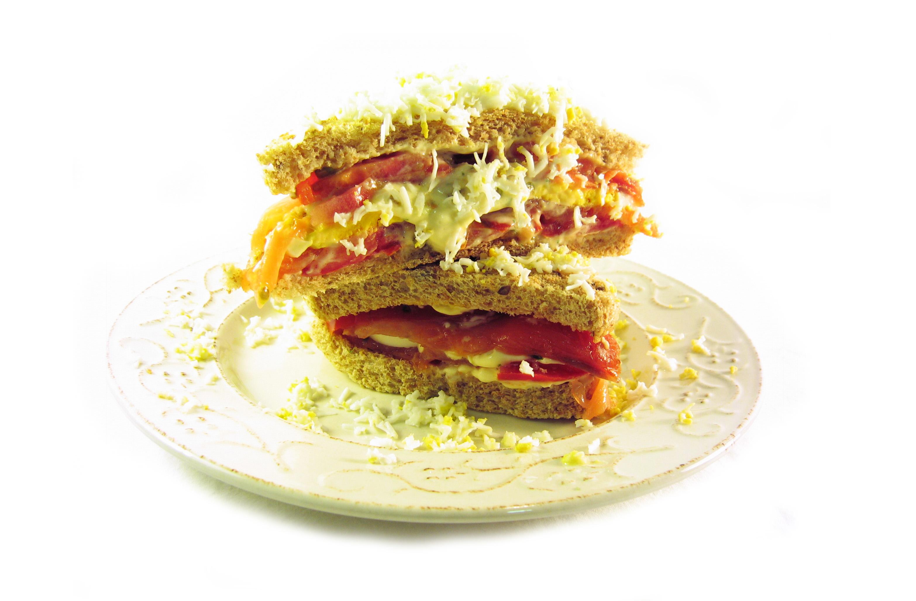 Sándwich de salmón ahumado con salsa tártara con pan de molde familiar EROSKI