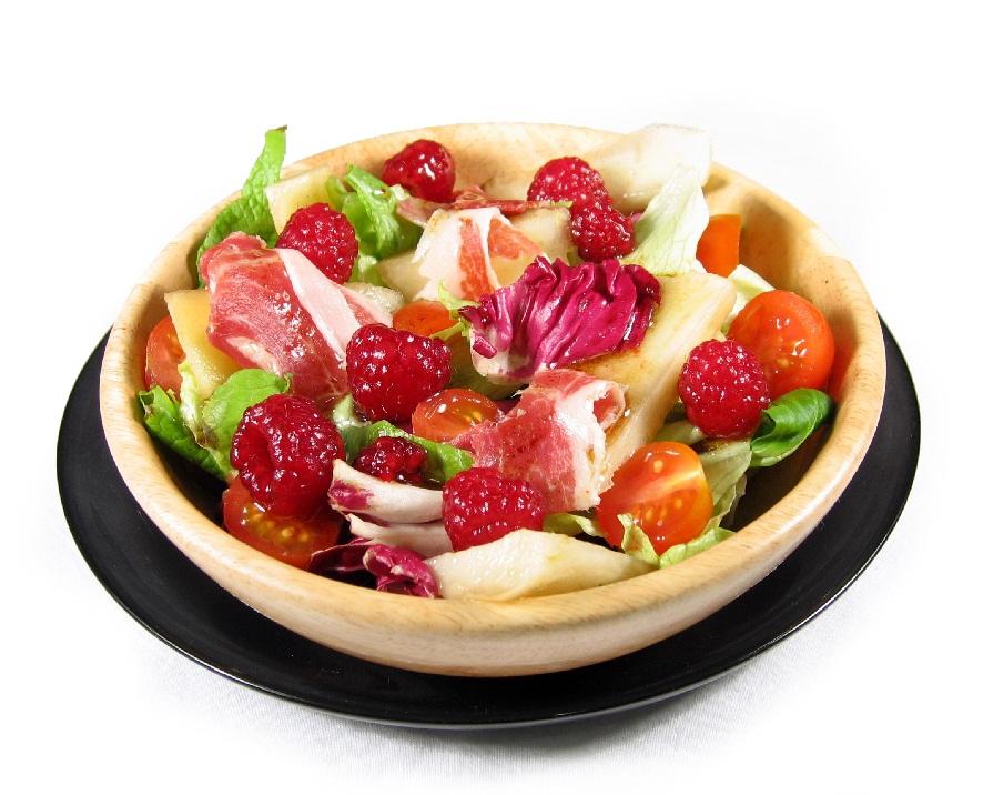 Ensalada con tomates cherry, jamón ibérico EROSKI, pera conferencia Eroski NATUR y vinagreta de frambuesas