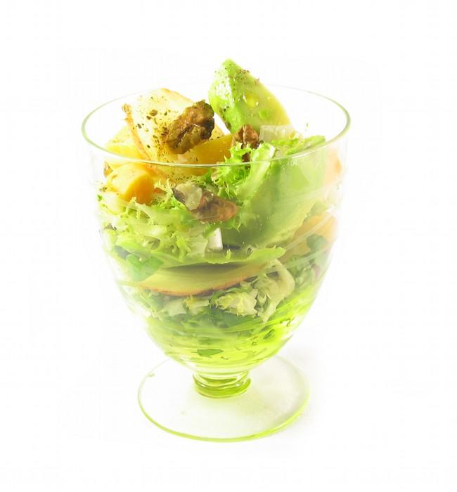 Ensalada de aguacate, manzana, dados de queso EROSKI Sannia y nueces con vinagreta balsámica