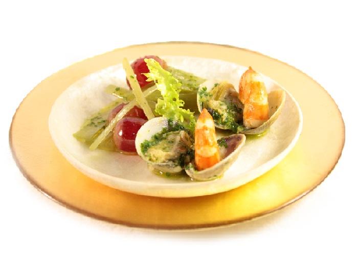 Cardo y escarola con almejas Eroski y gambones en salsa con aceite de oliva SeleQtia D.O. Estepa