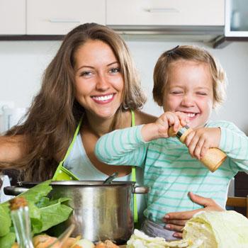 Faccile madre e hija cocinando