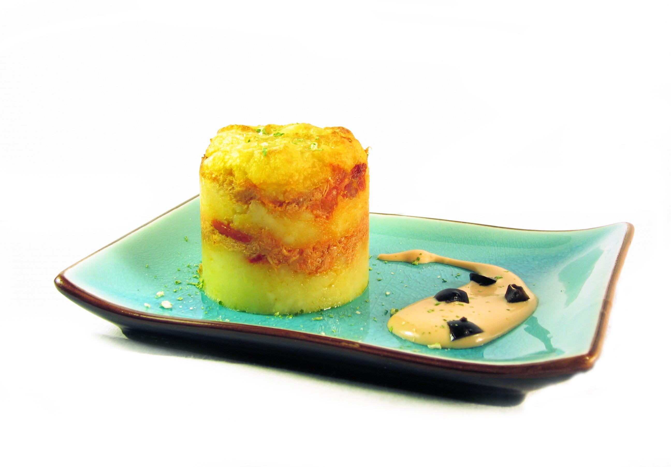 Pastel de patata relleno de atún con pimientos y salsa de tomate