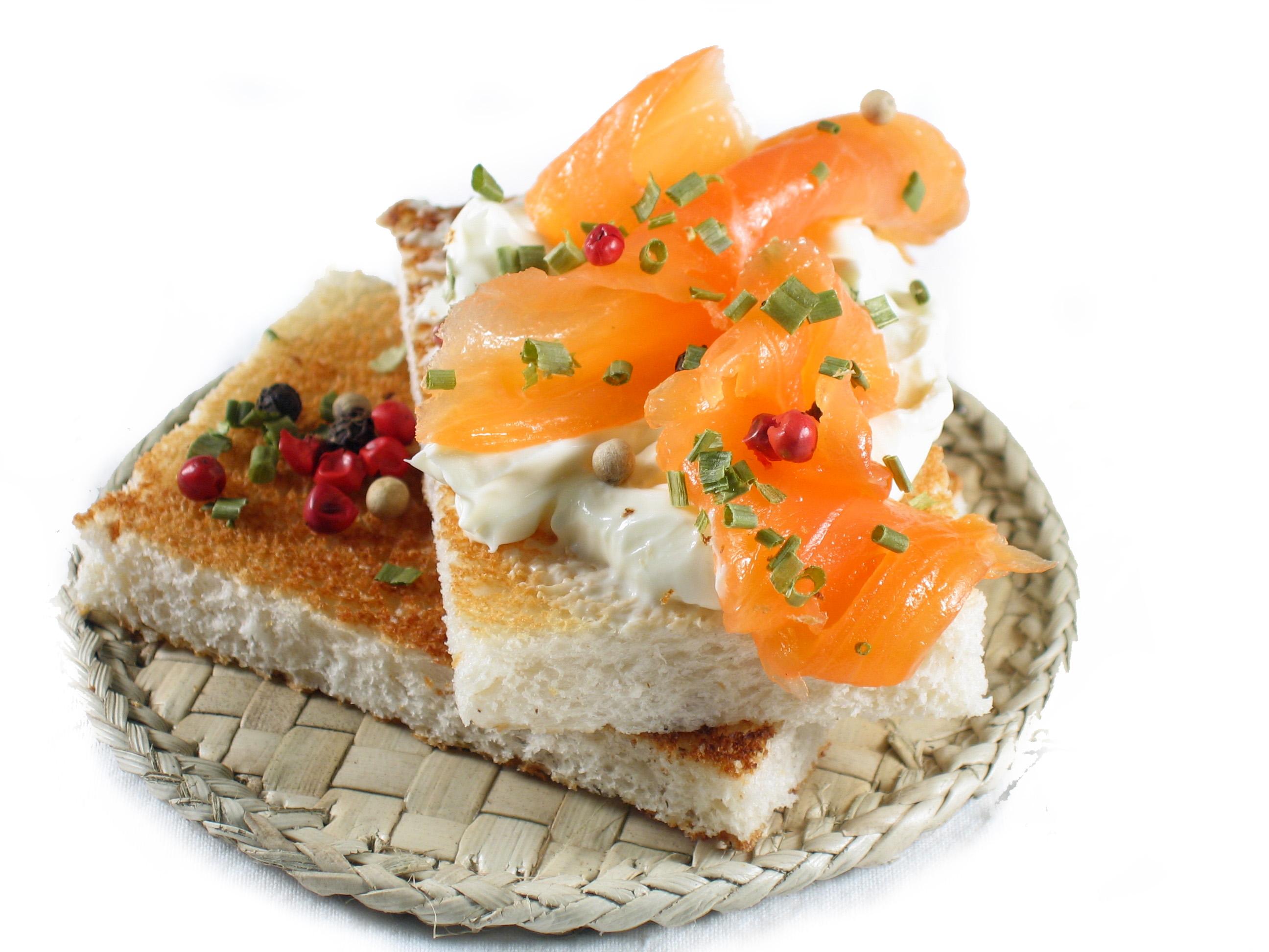 Tostadas de pan con queso crema y salmón ahumado