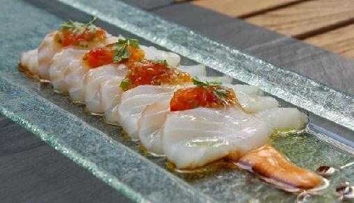 Sashimi de skrei sobre jugo frío de marmitako